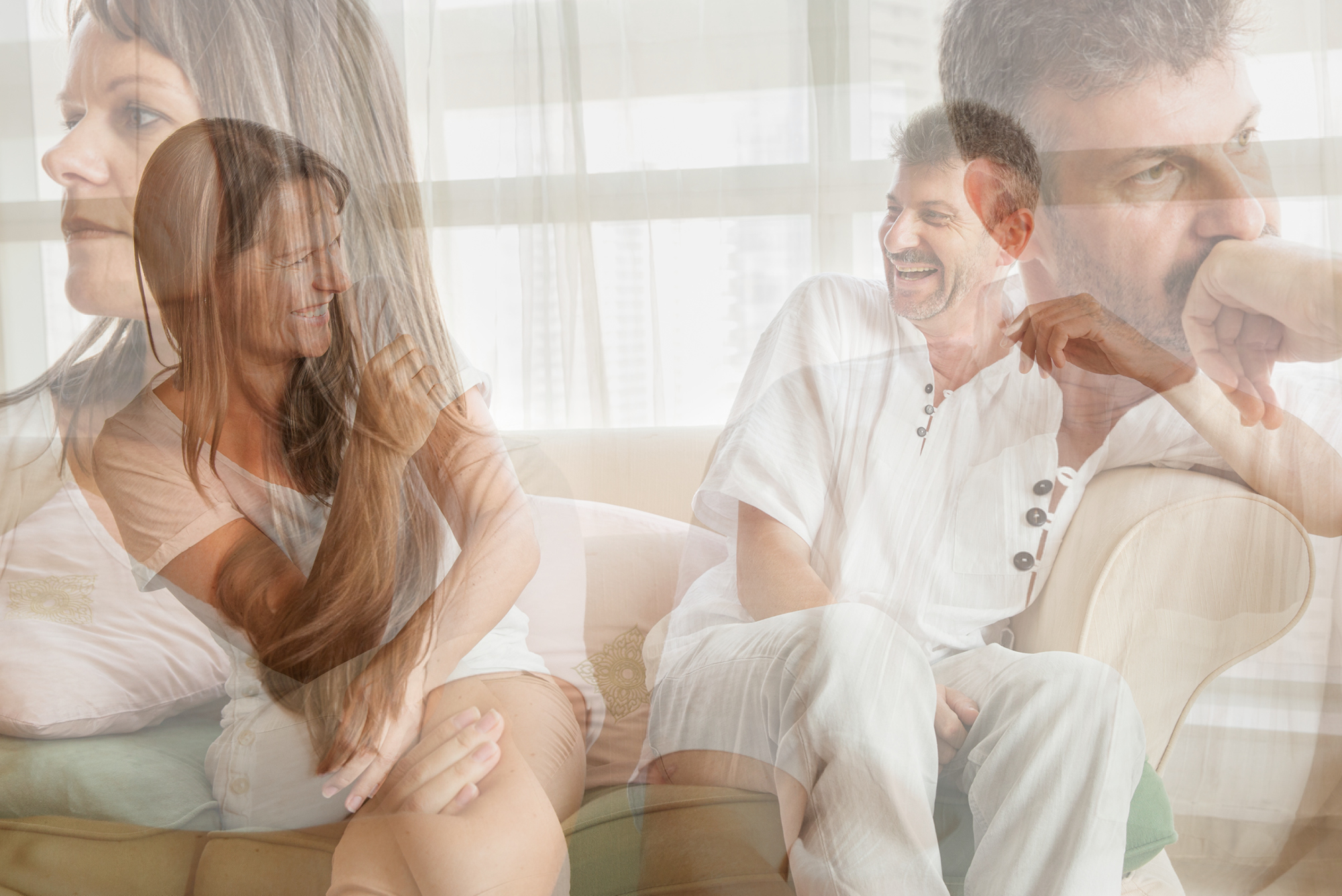 Das Traumabonding: Menschen berühren sich als Paar an ihren tiefsten Verletzungen.